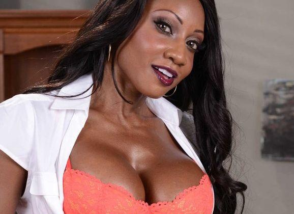 Seks met zijn geile bazin; ebony lingerie milf Diamond Jackson