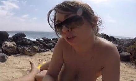 Knappe vrouw trekt haar vriend af op het strand
